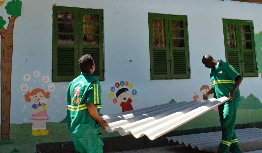 Funcionários da Prefeitura trabalham na troca do telhado e instalação de forro, entre outras benfeitorias na Escola Albino Teixeira da Rocha, em Providência