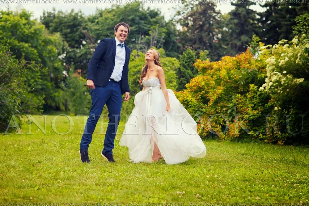 веселые жених с невестой фотосессия