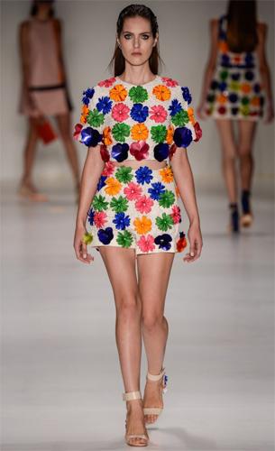 blusa e shorts com aplicações de flores coloridas PatBo coleção Verão 2016