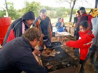 Preparant les botifarres i la cansalada a la brasa per als entrepans