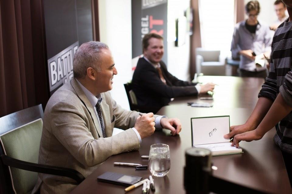 Kasparov y Short firmando autógrafos en el Chess Club and Scholastic Center of Saint Louis