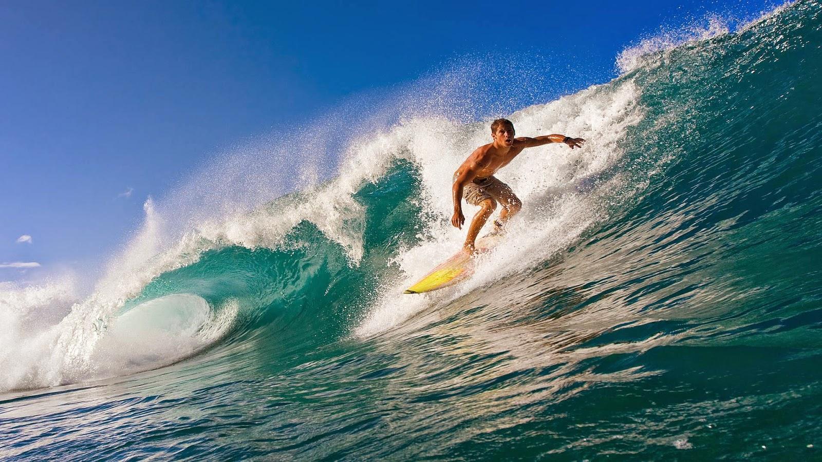 Wallpaper met surfer op grote golf
