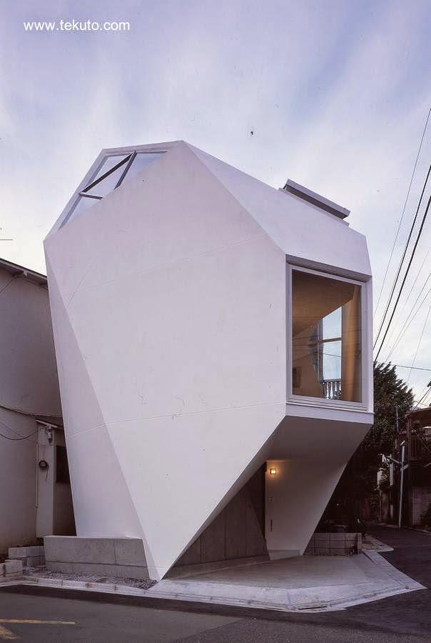 Casa pequeña japonesa geométrica con el volumen y la forma de una gran gema