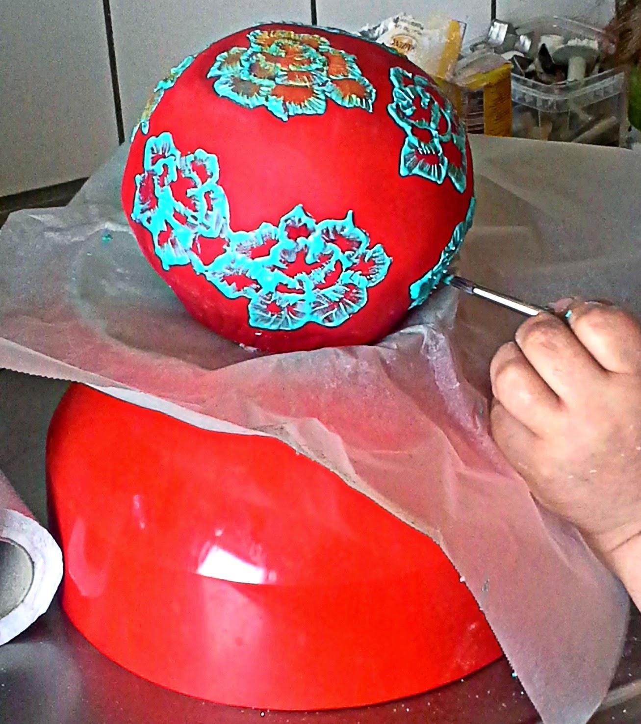 http://cupcakeluvs.blogspot.dk/2014/03/sphere-cake-rund-kage.html