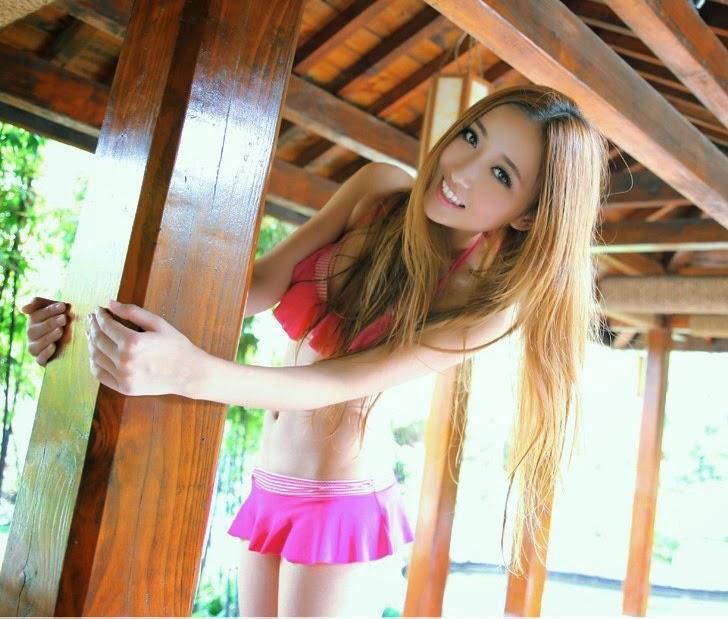 Người đẹp tuổi teen gợi cảm với bikini hồng
