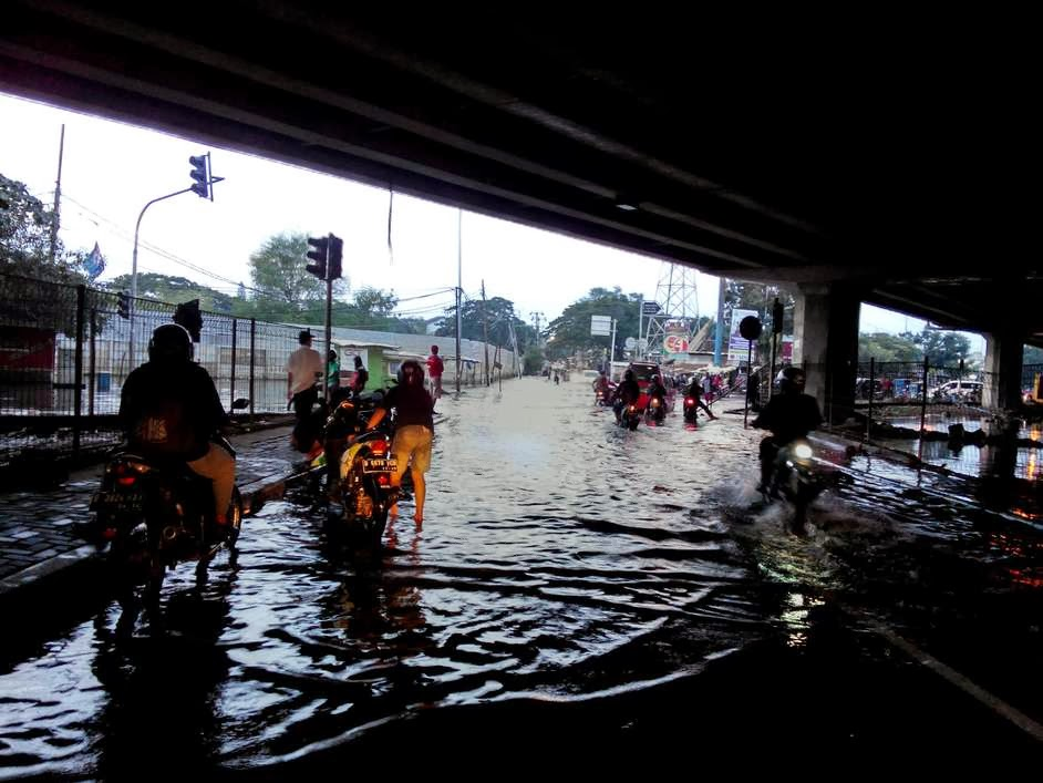 ADA  BANJIR DI TRAFFIC LIGHT FLYOVER KEMBANGAN
