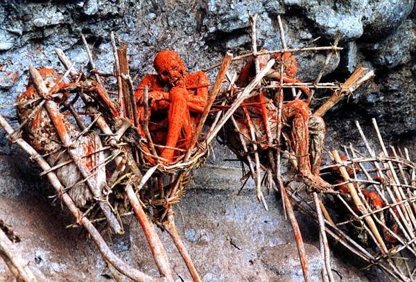 Ritual assustador utiliza corpos carbonizados pendurados em penhasco
