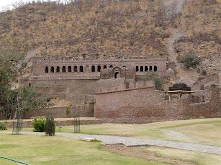 http://www.jadigitu.com/2012/10/5-tempat-bersejarah-terangker-di-dunia.html