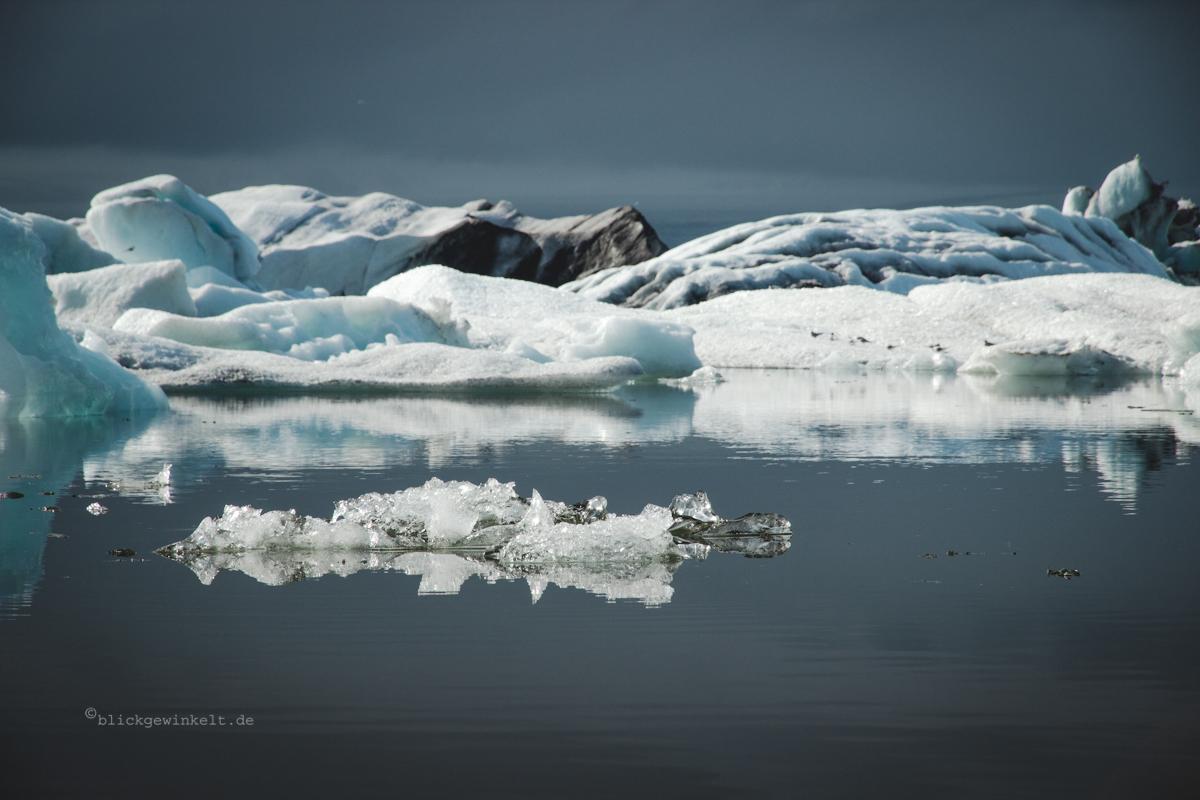 Eisberge spiegeln auf stillem Wasser