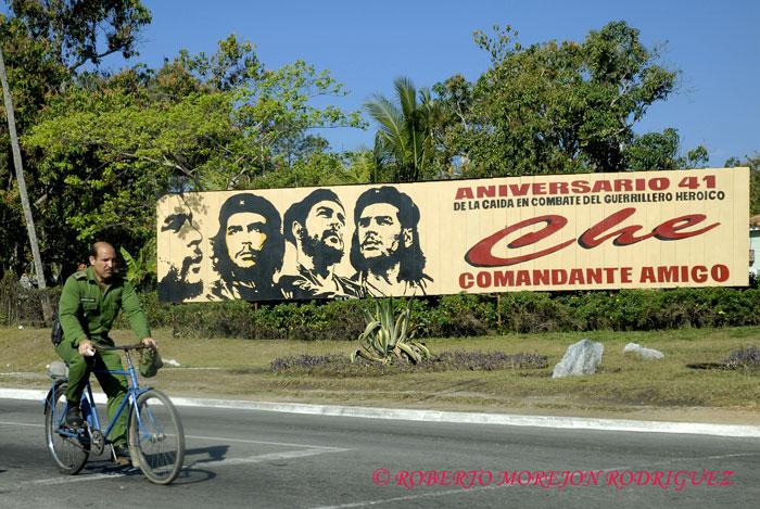 Cartel con fotografias del Che (Ernesto Guevara) a la entrada de la ciudad de Pinar del Rio, Cuba