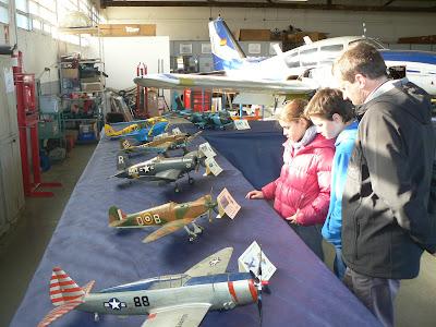 Visitants a l'exposició de maquetisme aeromodelista a l'hangar-taller de l'Aeroclub.