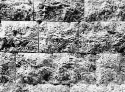 Dieses Bild zeigt, wie genau bzw. ungenau man heute Steine mit modernsten Laser-Sägen zuschneiden kann. Im Vergleich zu der Verfugung der Pyramidenblöcke wirkt diese Technik fast stümperhaft (Vogl)