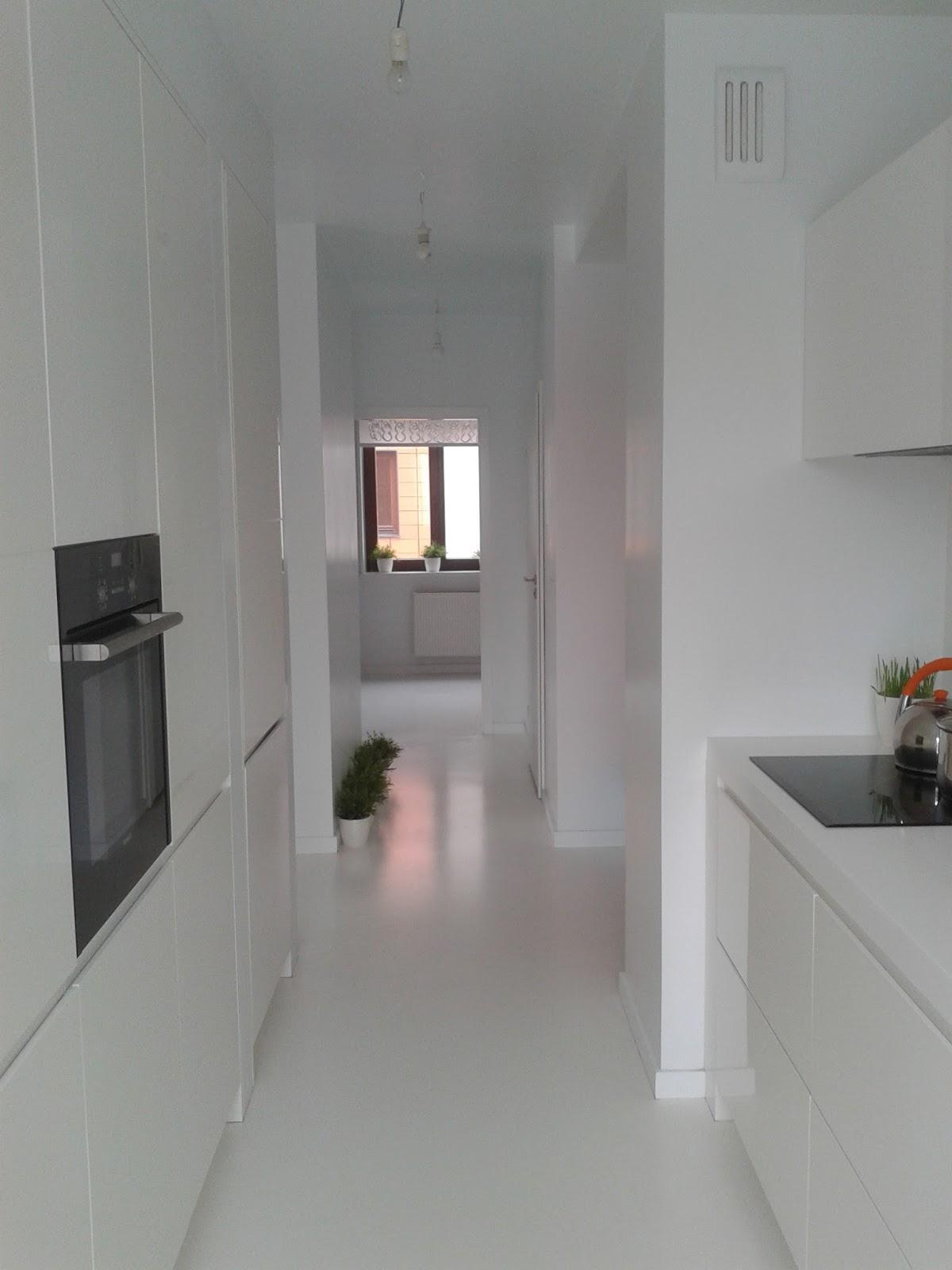 Biała podłoga w mieszkaniu, biała wylewka na podłodze, białą podłoga w kuchni, białe wnętrza, białe meble kuchenne na wysoki połysk