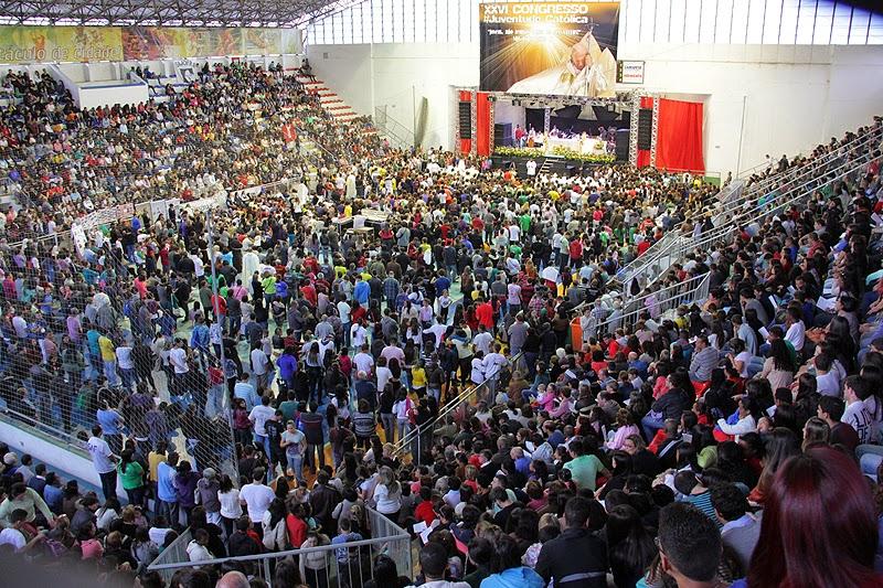 Comunidade católica lota o Ginásio Pedrão durante o Congresso da Juventude, em Teresópolis