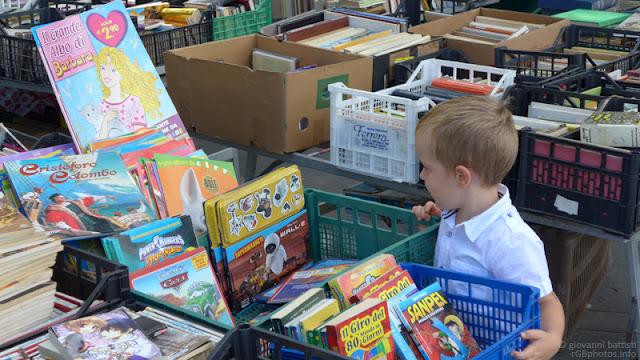 Fotografia di libri in vendita al mercato