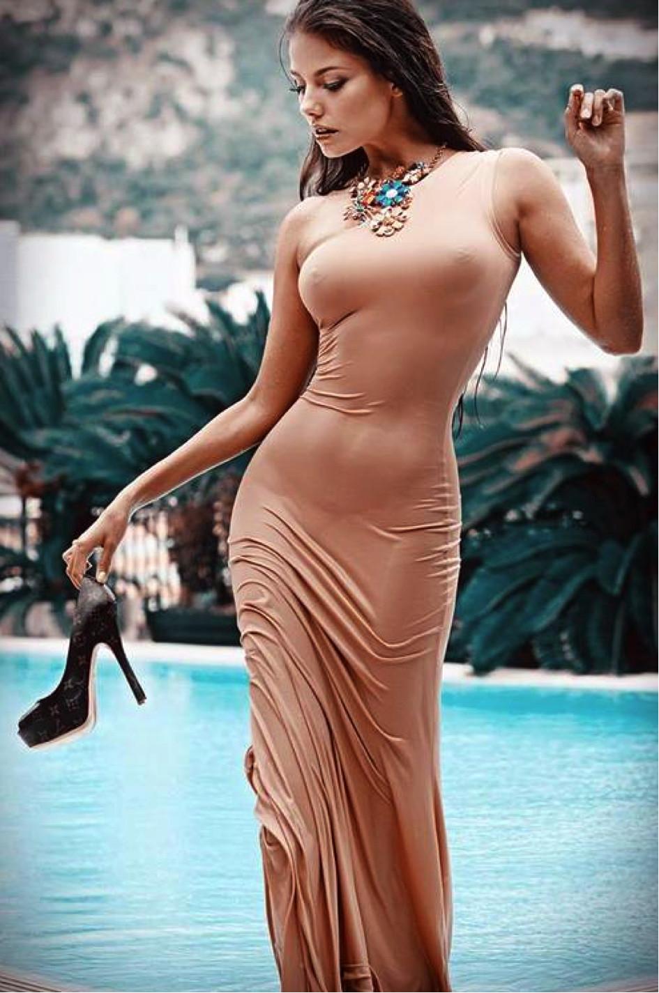 Фото женщины которые показывают что у них под платьем 22 фотография