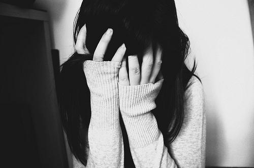 كيف تتعاملين مع مشاعر اليأس والاحباط - alone-black-and-white-depressed-sad -girl-woman