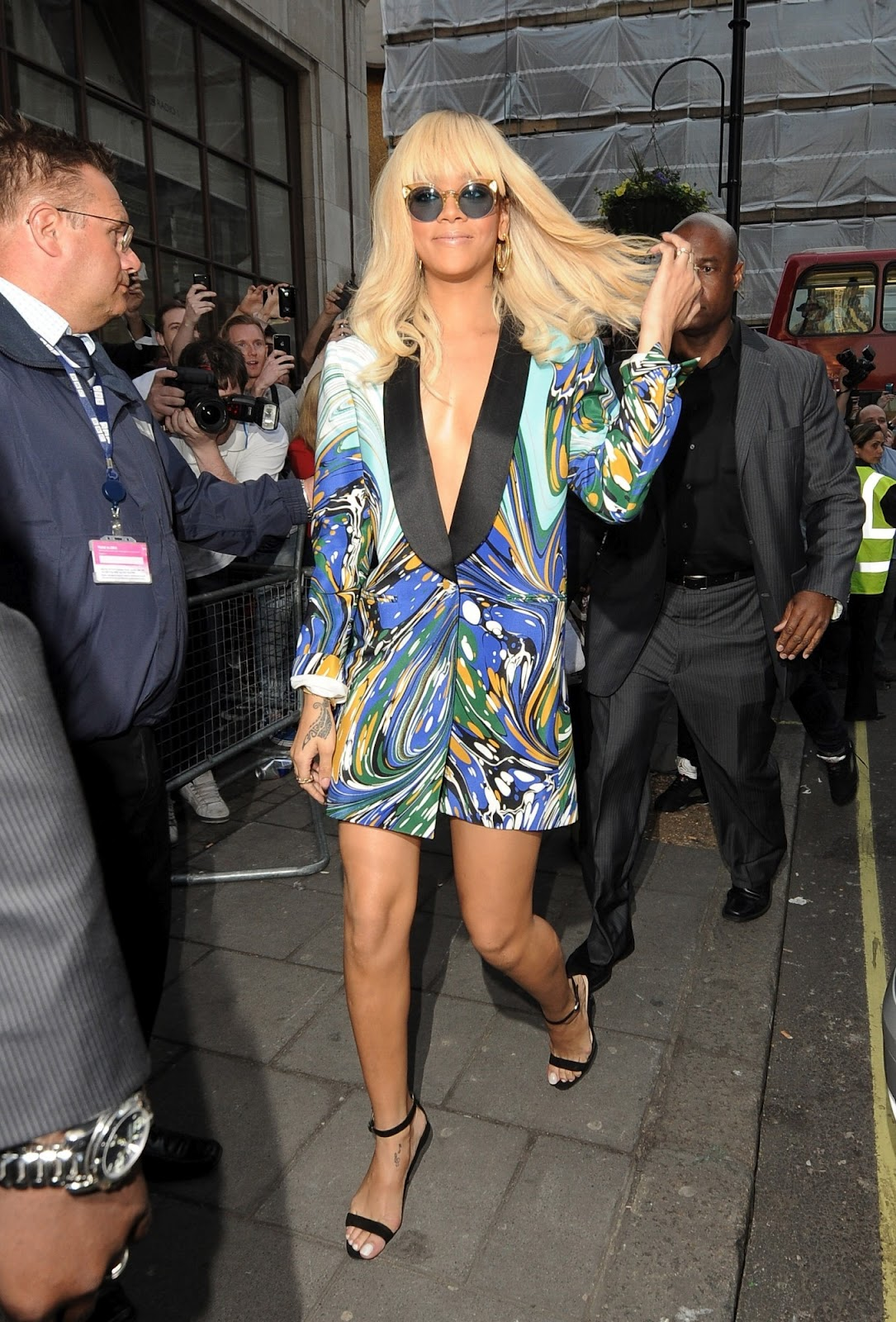 http://1.bp.blogspot.com/-IhXOol5CmQk/T3hwaZKIgLI/AAAAAAAAAIY/wuvZeipaocU/s1600/Rihanna+arrives+at+BBC+Radio+1+studios+in+London+29.3.2012_09.jpg