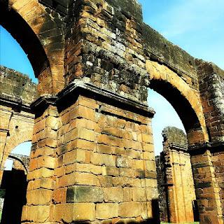 Colunas de paredes grossas no interior das ruínas da Igreja de São Miguel Arcanjo.