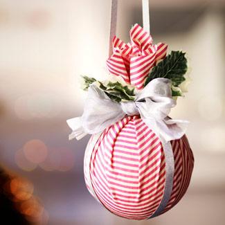 si quieres adornos para tu rbol de navidad y originales que te parecen estas bolas forradas en tejidos coloridos
