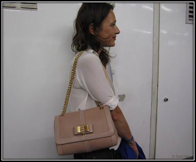 Ulona, sac sweet charity Louboutin nude, chemise bicolore Sandro