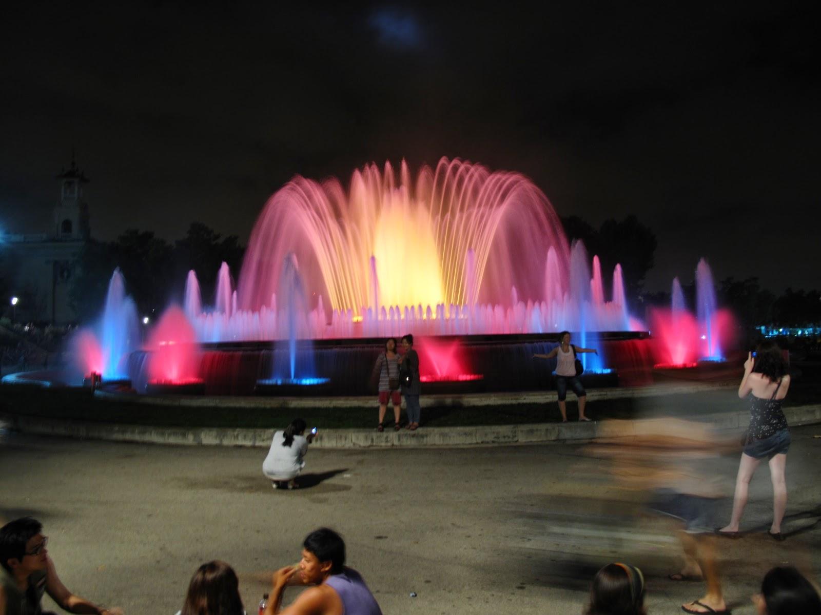 Barcelona in the summer espect culo m gico de las fuentes for Espectaculo fuentes de montjuic