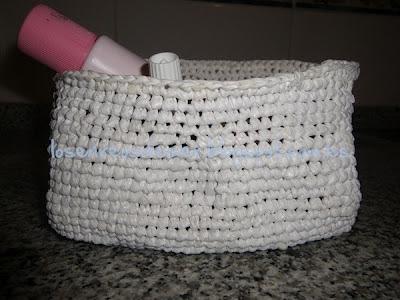 Vista lateral de cesta de ganchillo realizada con hilo plástico