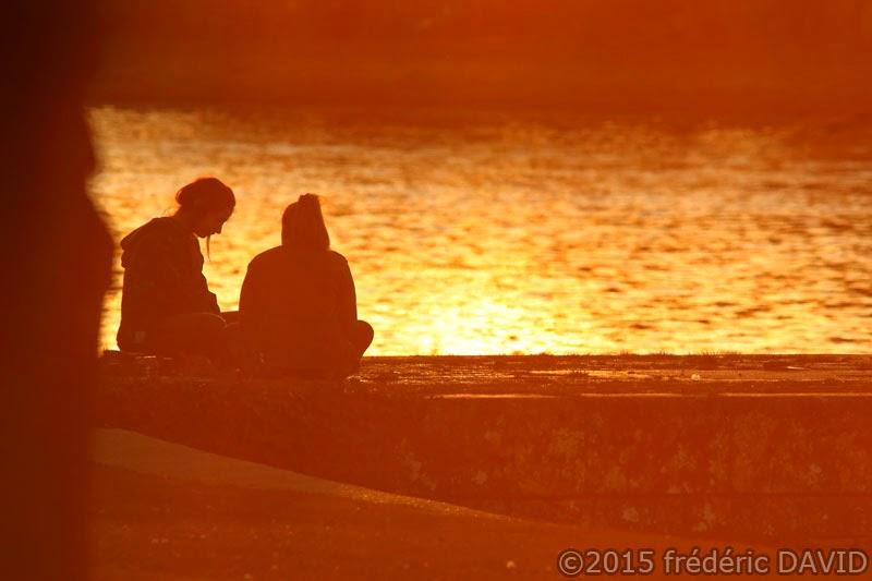 silhouettes coucher soleil gens contre-jour