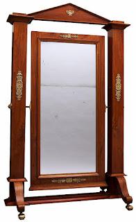 Psiche specchio incastonato in un mobile a diverse inclinazioni che permette di guardarsi dalla testa ai piedi