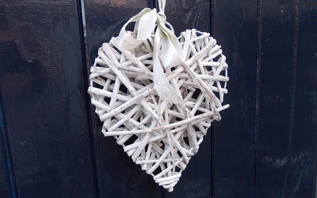 Achtergrond met gevlochten wit liefdes hartje