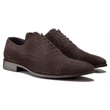 2ee0f8926 O que caracteriza o Oxford é o fato de as perfurações para amarração do  cadarço serem feitas no próprio corpo do sapato