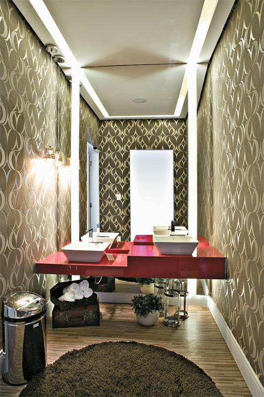 ideias decoracao lavabo:Bancada em silestone vermelha, cuba branca, piso de madeira com papel