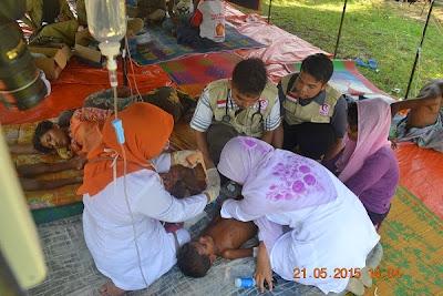 Seorang balita Rohingya sedang mendapatkan pertolongan oleh tim medis yang berada di posko pengungsian. Derita Balita Rohingya