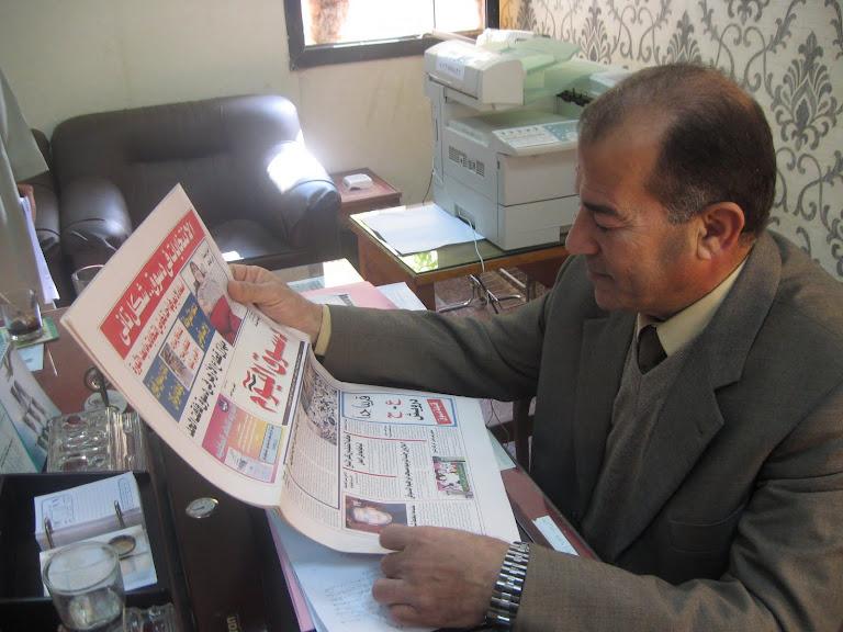 محمد السعيد عطية مدير الادارة التعليمية يتصفح دسوق اليوم