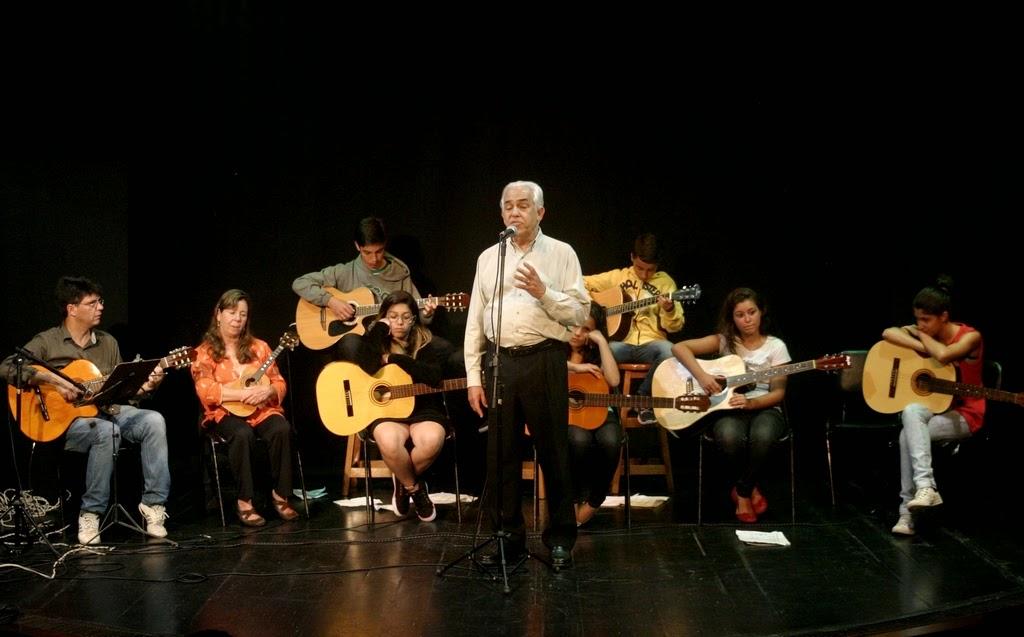 Alunos de violão e cavaquinho, com o professor Geremias Cruz e acompanhamento do cantor Roberto Santos