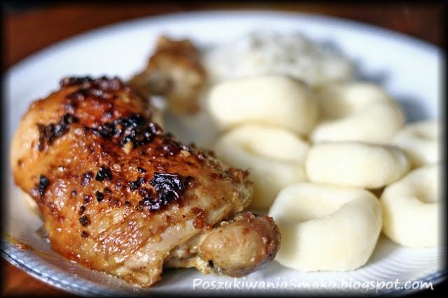 Chrupiąca noga kurczaka z kluskami śląskimi i sosem z cukinii