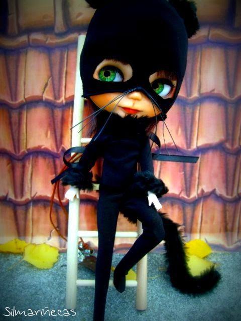 Basaak doll disfrazada como gato para halloween
