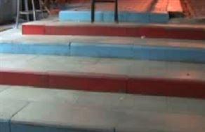 O merdivenler neden bordo-maviye boyandı?