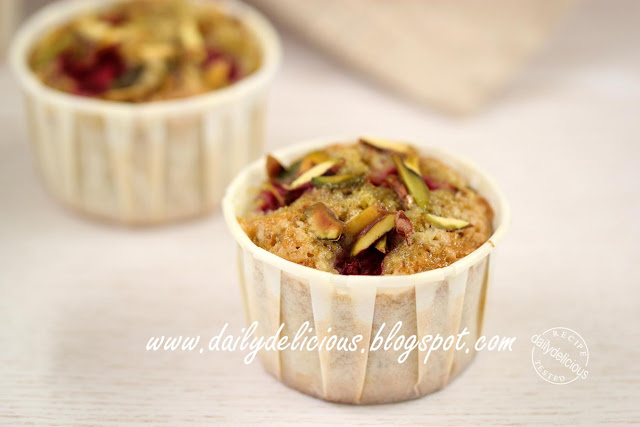 dailydelicious: Raspberry Pistachio Tea Cake: Short cut baking!