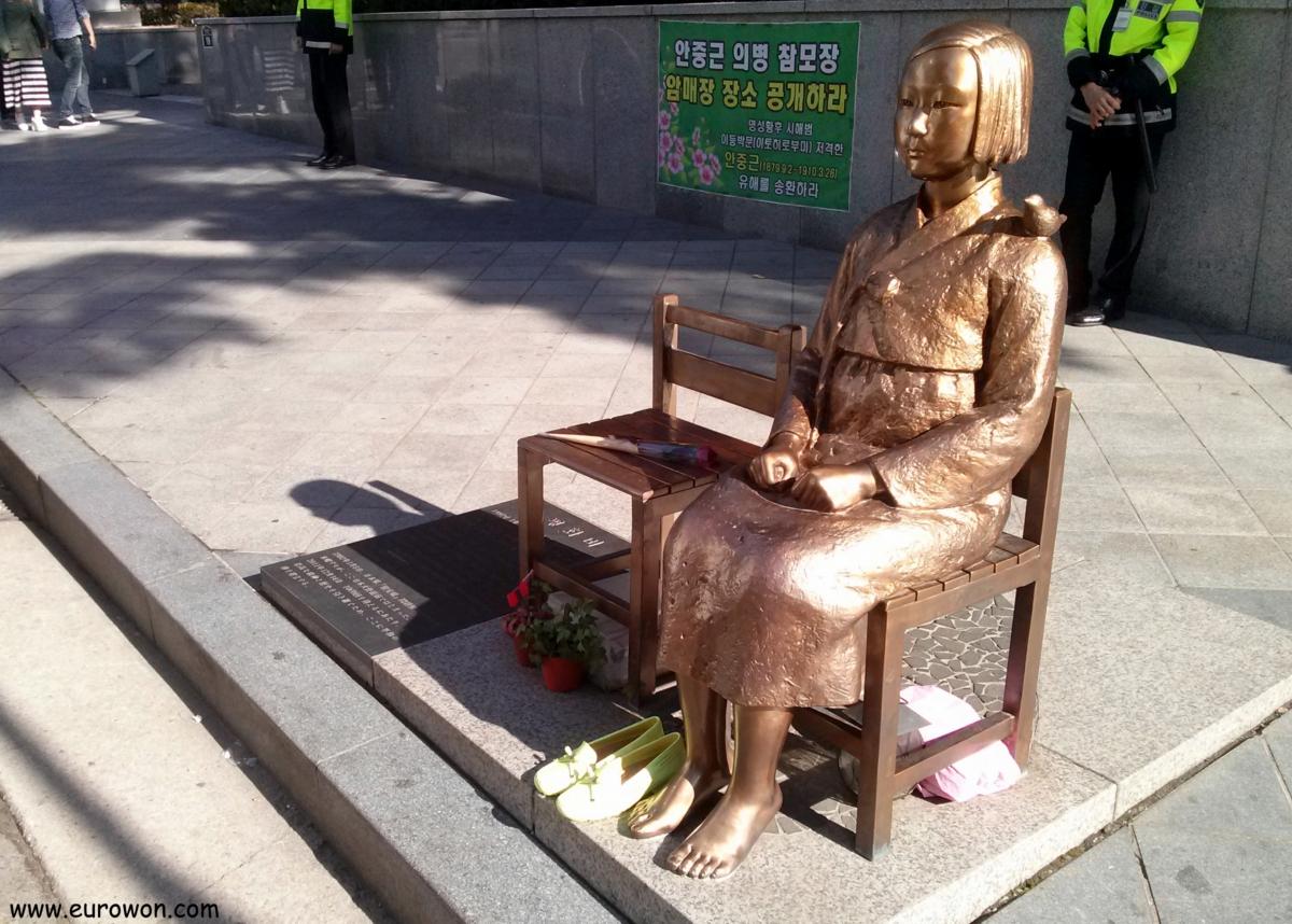 Estatua de una comfort women coreana enfrente de la Embajada de Japón en Seúl