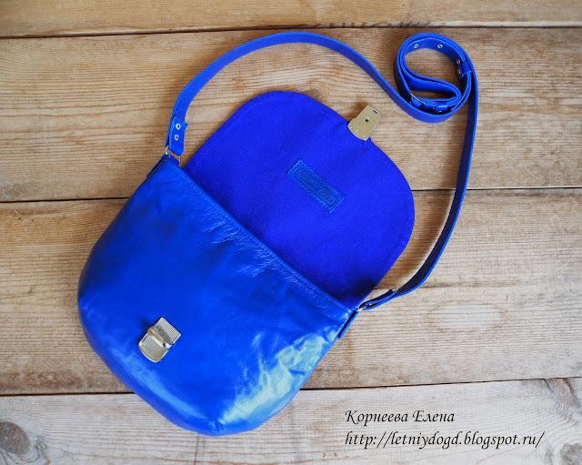 кожаная женская сумочка с клапаном и портфельным замком на длинном ремешке
