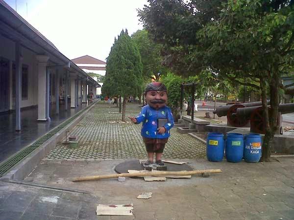 patung maskot museum benteng