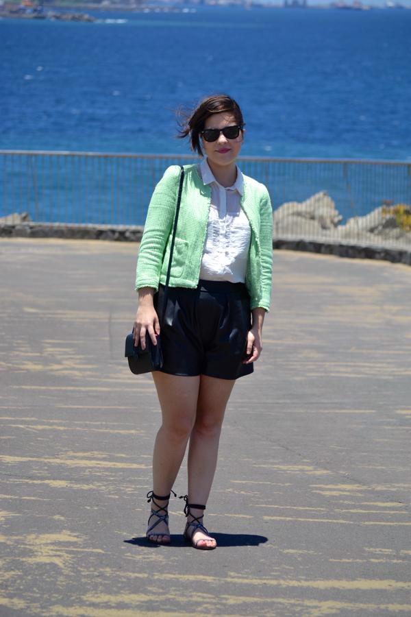 look_short_polipiel_sandalias_romanas_chaqueta_chanelera_lolalolailo_01
