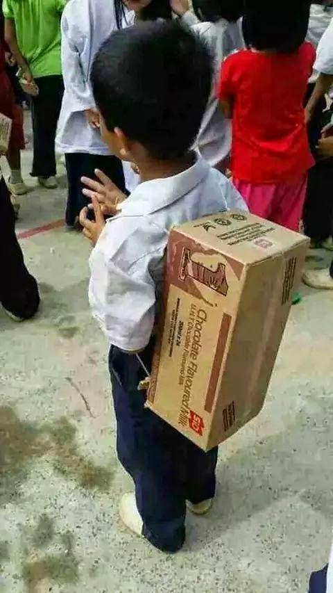 Budak sekolah galas beg kotak