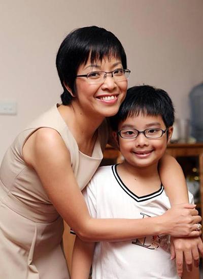 Công Lý bị dự luận chỉ trích vì công khai ảnh hôn bạn gái mới đúng lúc Thảo Vân đang nằm viện