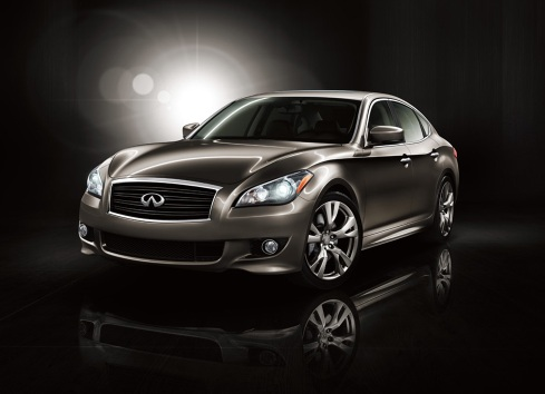 Front 3/4 view of 2011 Infiniti M37