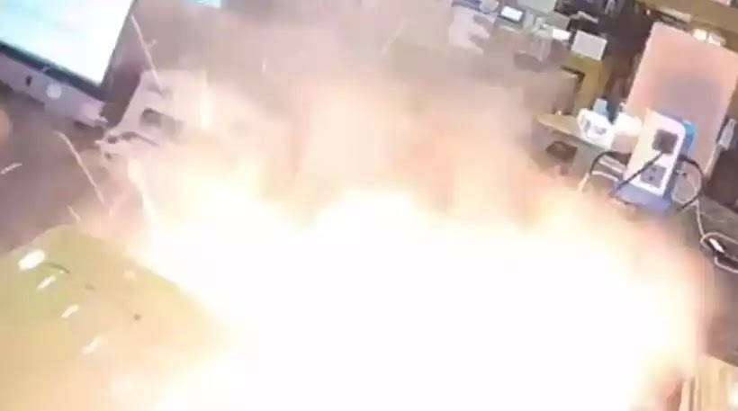 iPhone εκρήγνυται την ώρα που ο τεχνικός προσπαθεί να το ανοίξει (βίντεο)