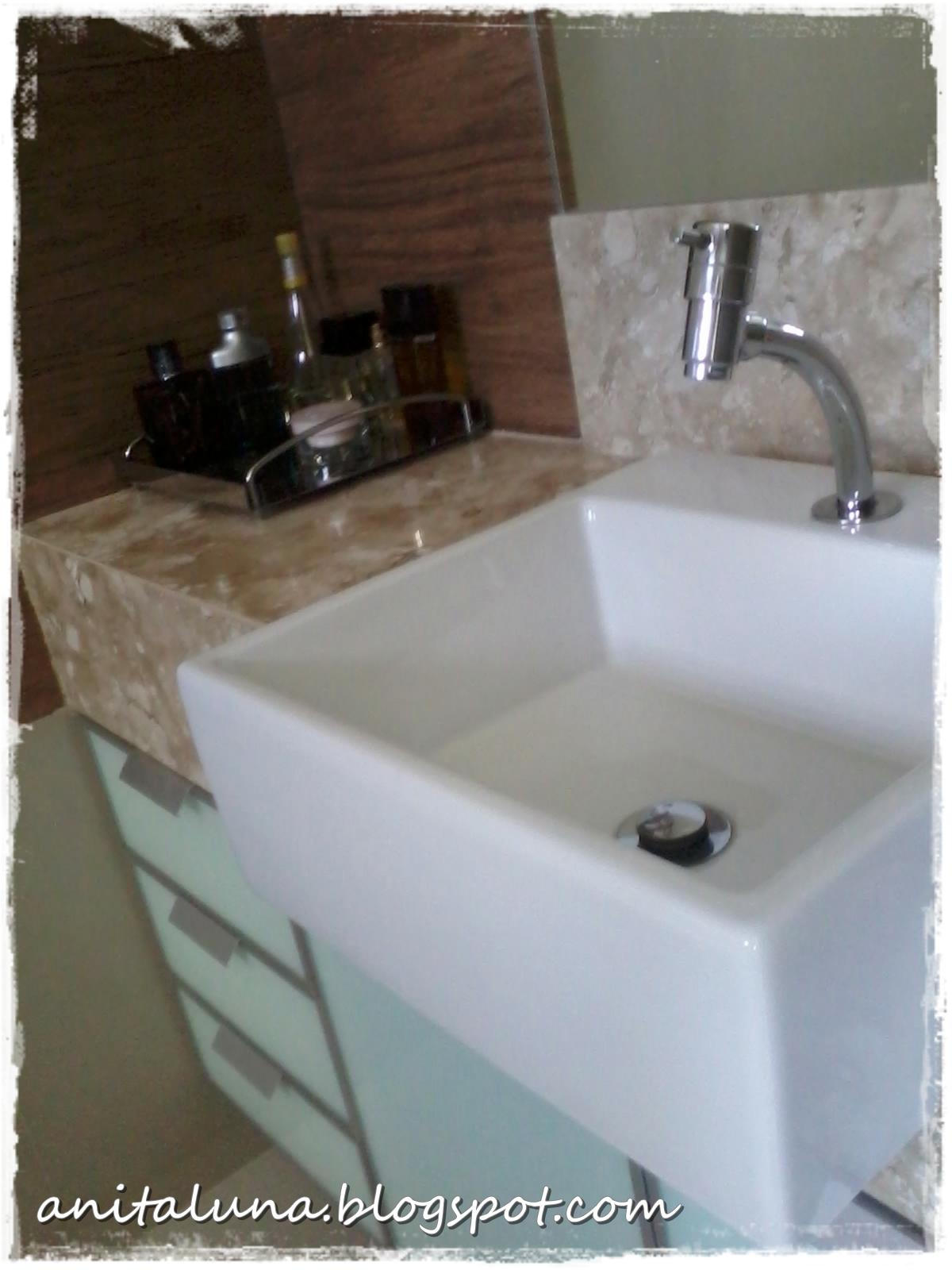 Nos armários do banheiro usei portas de vidro para evitar que com o  #32241A 1200x1600 Armario Banheiro Luna