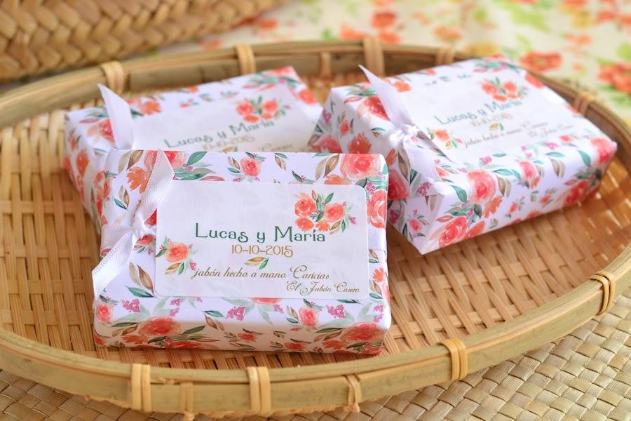 detalles de boda jabones naturales en colores naranja blanco y verde