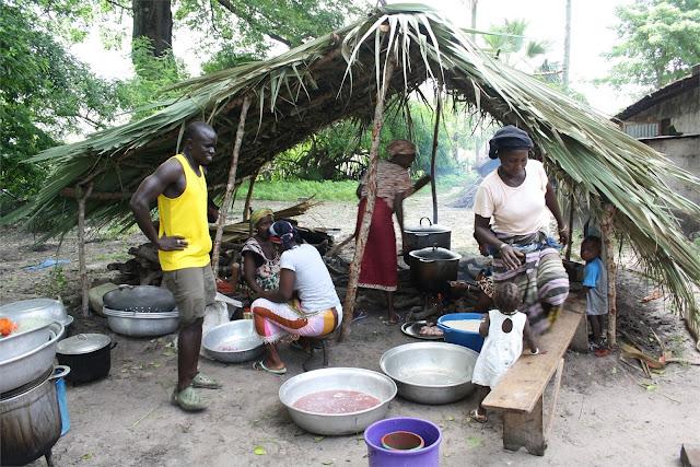 Mujeres del poblado preparando la comida
